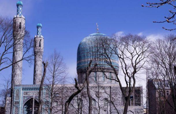 Толпы мусульман собрались умечети вПетербурге наКурбан-байрам