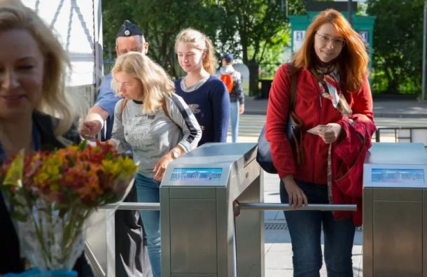 Первым посетителям Екатерининского парка подарили цветы