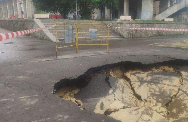 Асфальт наСадовой провалился после прорыва трубы