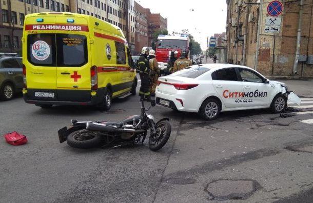 Таксист столкнулся сбайкером наБольшом Сампсониевском