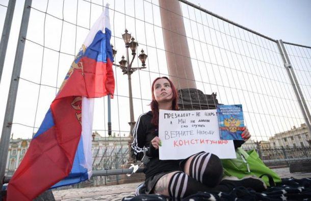 Активистка приковала себя кзабору наДворцовой площади