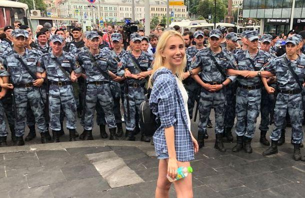 Московскую журналистку попросили снять майку, прежде чем зайти всуд