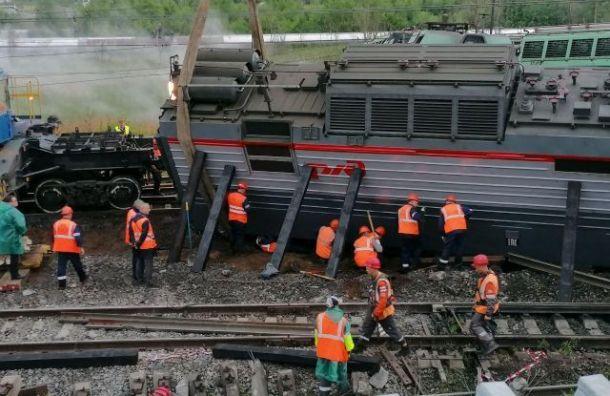 Оба столкнувшихся вПетербурге поезда подняли нарельсы