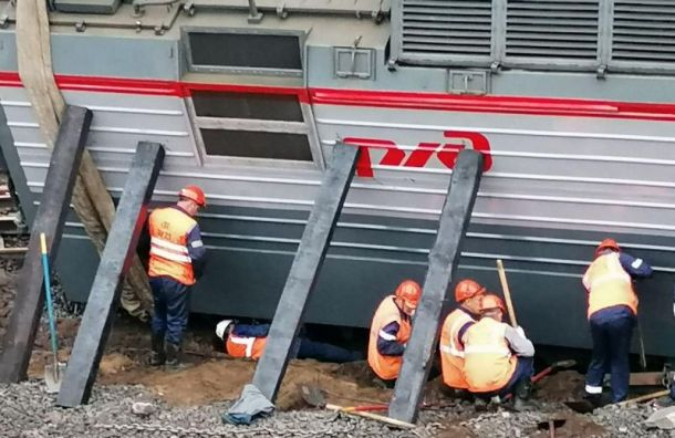 Для подъема сошедшего срельсов вагона вПетербурге прорыли яму