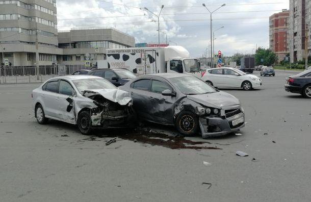 Водитель Chevrolet устроил массовую аварию напроспекте Испытателей