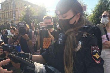 Полиция раздала маски протестующим наПушкинской площади