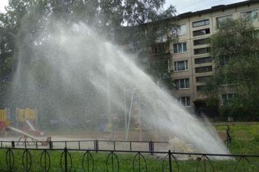 Надетской площадке врайоне Купчино неожиданно забили «петергофские фонтаны»