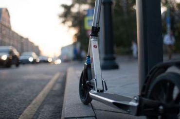 Шестилетнюю девочку, катавшуюся насамокате, сбил автомобиль