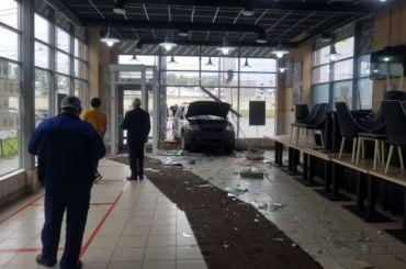 Ссобой заверните: джип протаранил «Еврокебаб» устанции «Выборгская»