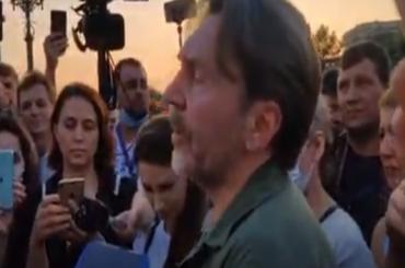 «Палец вверх»: Шнуров отреагировал напризывы хабаровчан котставке Путина