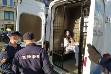 Полиция начала задерживать бунтующих курьеров Delivery Club уКазанского собора