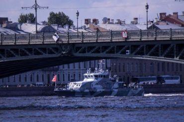 Участвовавшие ввоенно-морском параде корабли начали покидать Петербург