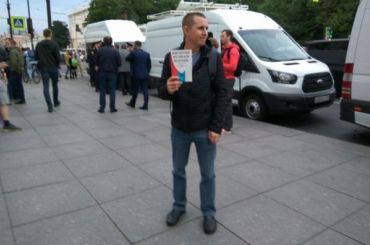 Петербургского депутата задержали около дома заучастие вакции против поправок