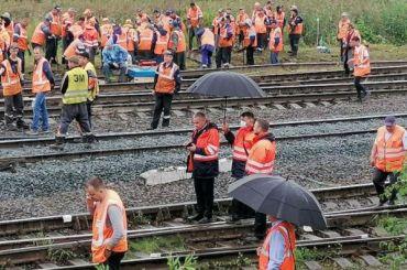 Начальство ОЖД наблюдает зауборкой поездов наКупчинской под зонтиком