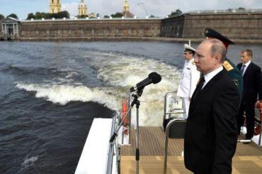 Путин открыл парад коДню ВМФ вПетербурге