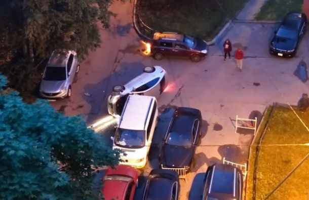 Hyundai подрезал две припаркованные машины наИскровском иперевернулся