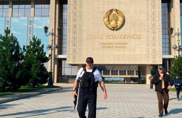 Лукашенко вновь заметили савтоматом вруке