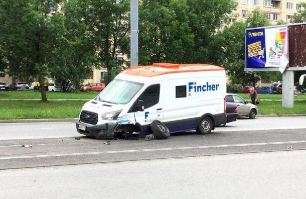 Автобус инкассаторов вспорол правый борт Mercedes