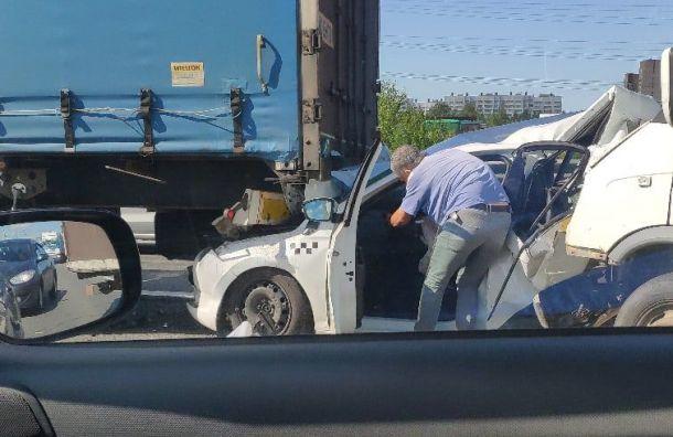Фургон отправил такси под фуру наКАД, есть пострадавшие