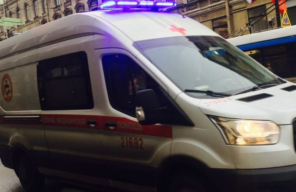 Упавшую с Дворцового моста в Неву девушку вытащили спасатели