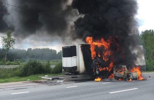 НаМурманском шоссе горит грузовой рефрижератор илегковушка