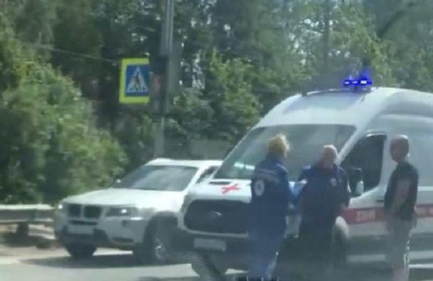 Машина скорой помощи сбила женщину наПриморском шоссе
