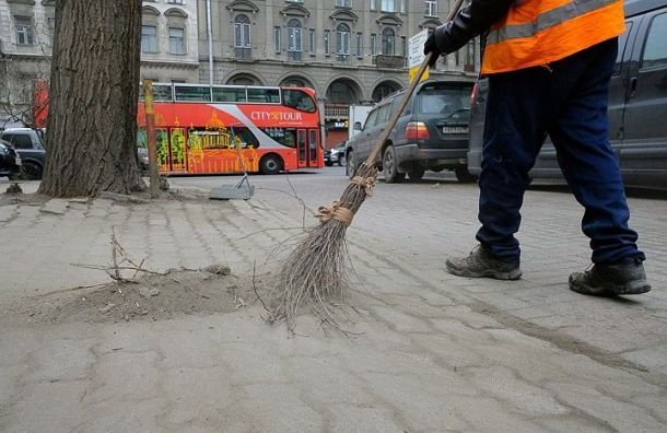 Петербург после Дня ВДВ убирают почти тысяча дворников