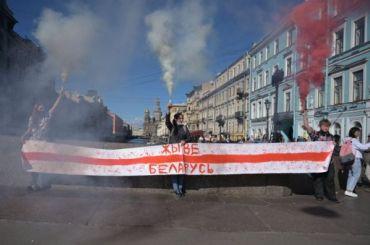 Активисты перекрыли Невский проспект баннером вподдержку Беларуси