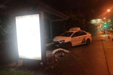 Таксист влетел вавтобусную остановку наВасильевском острове