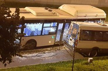 Автобус устроил массовое ДТП наКронштадтской улице