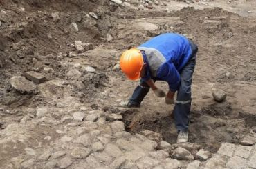 ВООПИиК: Подрядчик незаконно уничтожает старинную брусчатку водворе дома Семенова