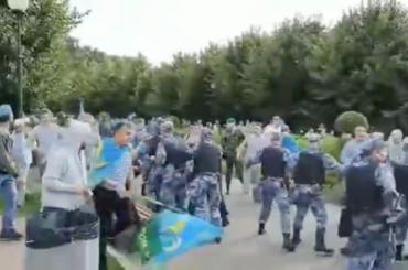 ВМоскве десантники дерутся сРосгвардией вДень ВДВ— видео