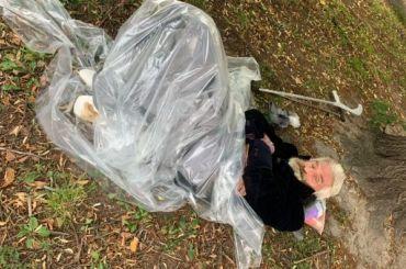Одинокий дедушка сампутированными ступнями лежит угородской больницы
