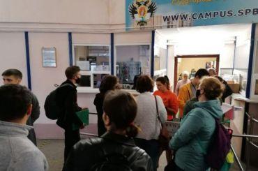 «Надеюсь, ясмогу заселиться»: первокурсники СПбГУ штурмуют общежитие