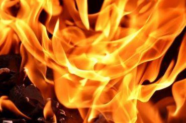 Пятеро спасателей МЧС тушили воспламенившийся Renault