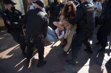 Трех человек задержали у Гостиного двора на акции в поддержку Хабаровска