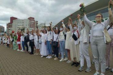 250 белорусских женщин вбелом вышли наулицы Минска