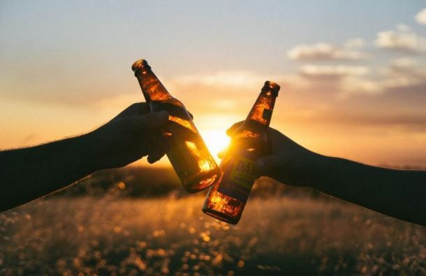 Летом 2021 года вПетербурге могут разрешить употреблять алкоголь наулице