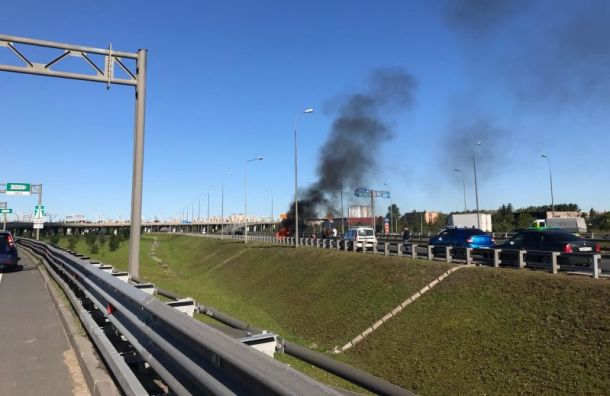 Насъезде сКАД загорелся автомобиль