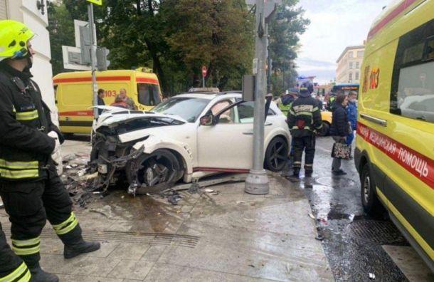 Внедорожник певца Эллея сбил трех человек вцентре Москвы