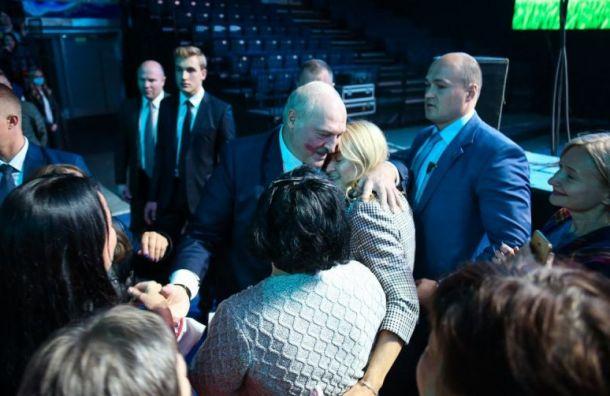 Поклонница оставила нащеке Лукашенко след отпомады