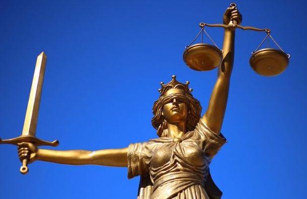 Суд вынес приговор мигрантам, изнасиловавшим ивыбросившим девушку изокна