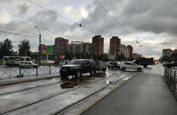 ДТП наперекрёстке Большевиков иКоллонтай парализовало движение трамваев