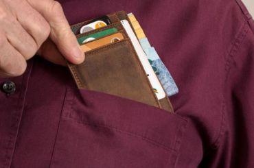 Эксперт объяснил, почему опасно хранить пенсию набанковской карте