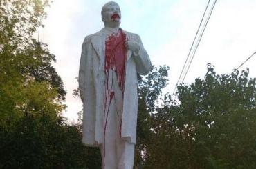 Неизвестные облили красной краской памятник Ленину вМиассе