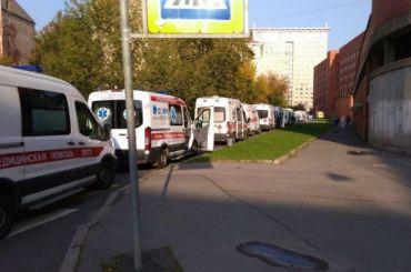 Перед Покровской больницей вновь образовалась очередь изскорых