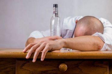 Минздрав назвал возраст россиян, страдающих алкоголизмом