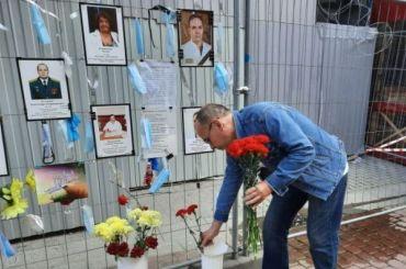 Стену памяти погибших медиков временно оставят наМалой Садовой