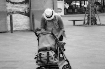 Петербуржец нашел брошенную коляску сребенком