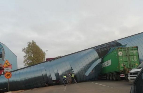 Дорогу М-10 открыли для транспорта после обрушения надземного перехода
